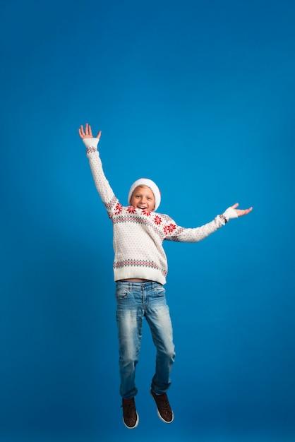 Szczęśliwy chłopiec skacze pełny strzał Darmowe Zdjęcia
