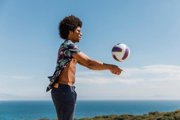 Szczęśliwy Człowiek African American Rzucanie Piłki Przeciw Błękitne Niebo Darmowe Zdjęcia
