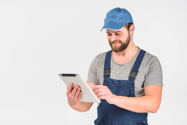 Szczęśliwy człowiek w ogólnej za pomocą tabletu Darmowe Zdjęcia