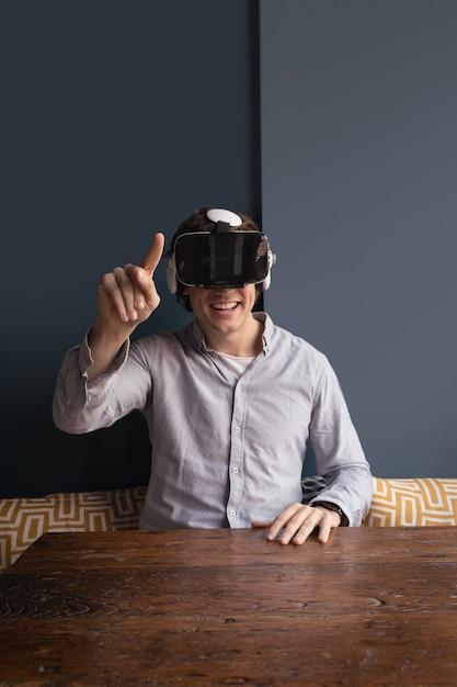 Szczęśliwy Człowiek Za Pomocą Zestawu Słuchawkowego Wirtualnej Rzeczywistości Darmowe Zdjęcia