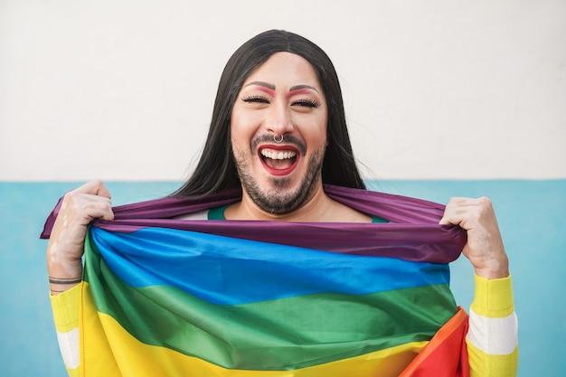 Szczęśliwy Drag Queen Na Sobie Tęczową Flagę Premium Zdjęcia
