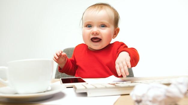 Szczęśliwy Dziecko Dziewczynki Berbecia Obsiadanie Z Klawiaturą Odizolowywającą Komputer Darmowe Zdjęcia