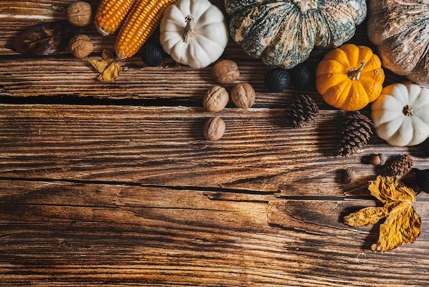 Szczęśliwy Dzień Dziękczynienia Z Dynią I Nakrętką Na Drewnianym Stole Premium Zdjęcia