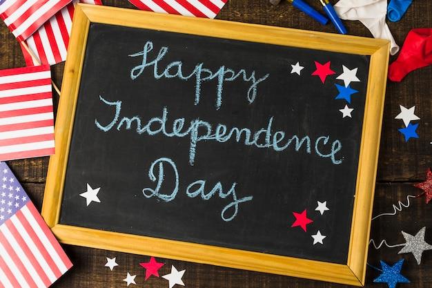 Szczęśliwy Dzień Niepodległości Napisany Na łupku Ozdobionym Flagą Usa; Balony I Gwiazdy Na Stole Darmowe Zdjęcia