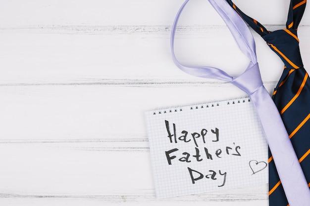Szczęśliwy dzień ojców tytuł na papierze w pobliżu krawaty Darmowe Zdjęcia