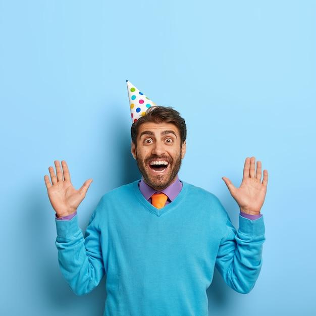 Szczęśliwy Facet Z Kapeluszem Urodziny Pozowanie W Niebieskim Swetrze Darmowe Zdjęcia