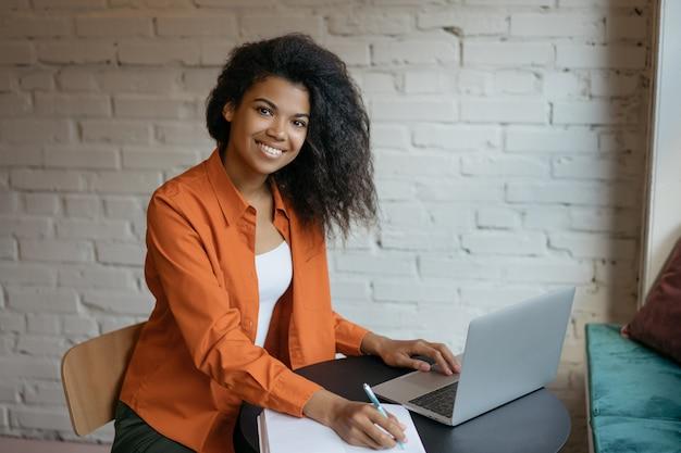 Szczęśliwy Kobiety Copywriter Pracuje Niezależnego Projekt Od Domu. Bizneswoman Używa Laptop, Planuje Rozpoczęcie Premium Zdjęcia