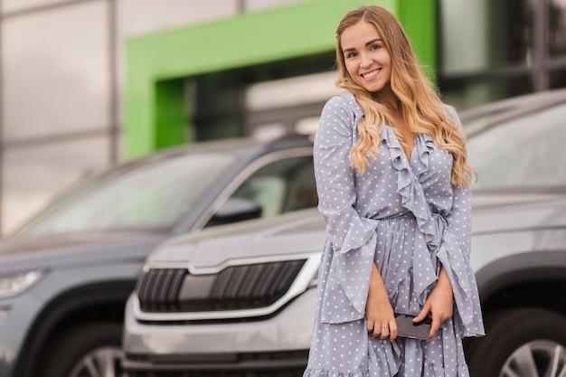 Szczęśliwy Kobiety Obsiadanie Przed Samochodem Darmowe Zdjęcia