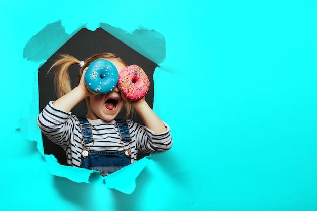 Szczęśliwy ładny Chłopiec Bawi Się Z Pączkami Premium Zdjęcia