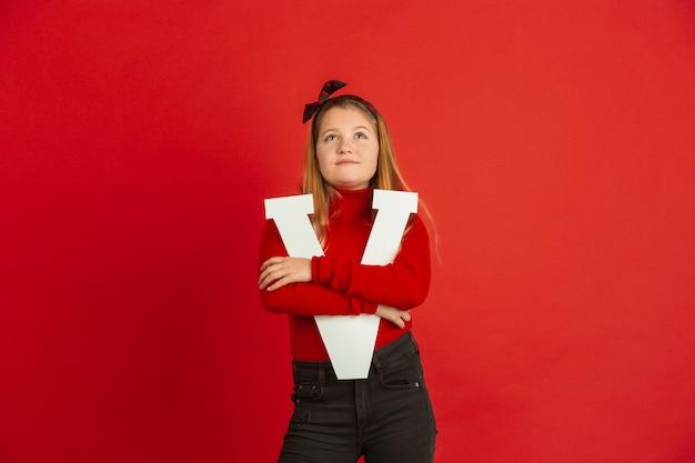 Szczęśliwy, ładny Kaukaski Dziewczyna Trzyma List Na Tle Czerwonego Studia. Pojęcie Ludzkich Emocji, Wyraz Twarzy, Miłość, Relacje, Romantyczne Wakacje. Darmowe Zdjęcia