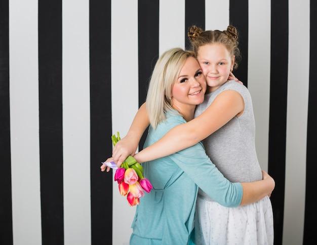 Szczęśliwy Matki I Córki Obejmowanie Darmowe Zdjęcia
