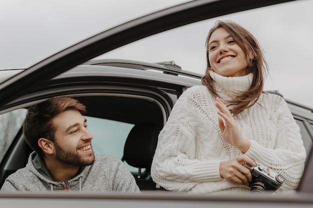 Szczęśliwy Mężczyzna I Kobieta średni Strzał Darmowe Zdjęcia