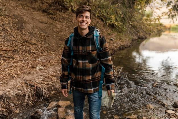 Szczęśliwy Mężczyzna Na Kempingu W Lesie Premium Zdjęcia