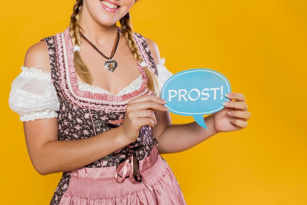 Szczęśliwy Młodej Kobiety Mienia Znak Darmowe Zdjęcia