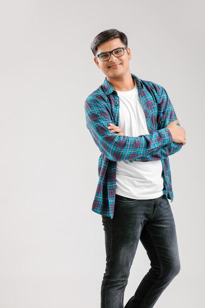 Szczęśliwy Młody Indiański Mężczyzna Nad Bielem Premium Zdjęcia
