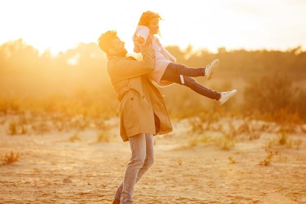 Szczęśliwy Ojciec Bawić Się Z Jego Małą Córką Przy Plażą Darmowe Zdjęcia