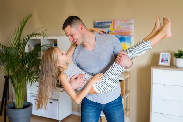 Szczęśliwy ojciec i córka spędzać czas razem Darmowe Zdjęcia