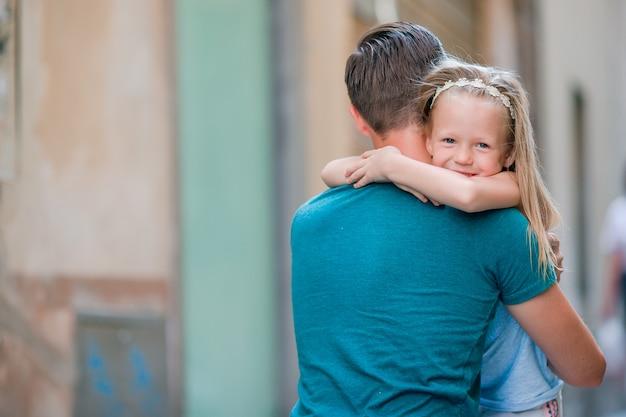 Szczęśliwy Ojciec I Mała Urocza Dziewczyna W Rzymie Podczas Letnich Włoskich Wakacji Premium Zdjęcia