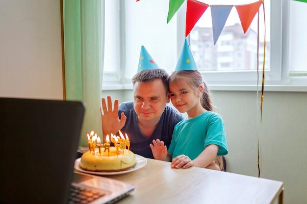 Szczęśliwy Ojciec Z Dwojgiem Rodzeństwa świętuje Urodziny Przez Internet W Czasie Kwarantanny, Izolacja Premium Zdjęcia