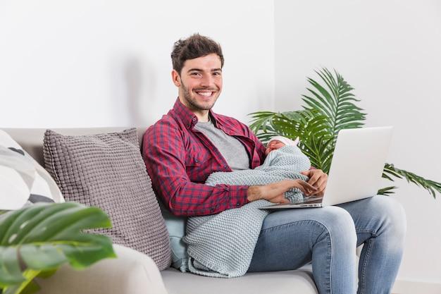 Szczęśliwy Ojciec Z Dzieckiem Używa Laptop Darmowe Zdjęcia