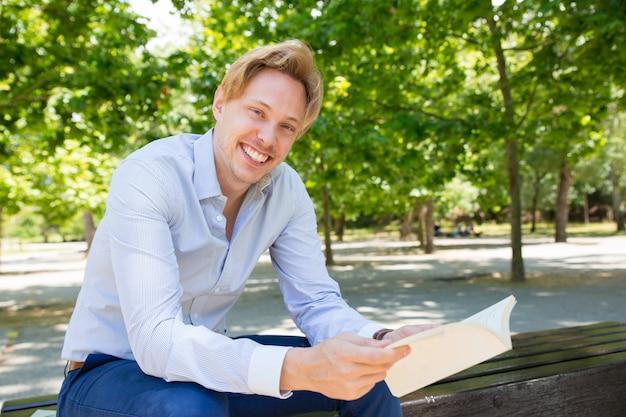 Szczęśliwy pozytywny uczeń cieszy się czytać Darmowe Zdjęcia