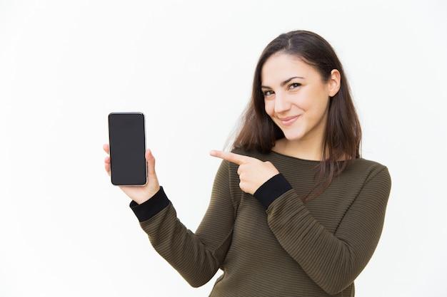 Szczęśliwy Radosny Telefon Komórkowy Użytkownik Wskazuje Przy Pustym Ekranem Darmowe Zdjęcia