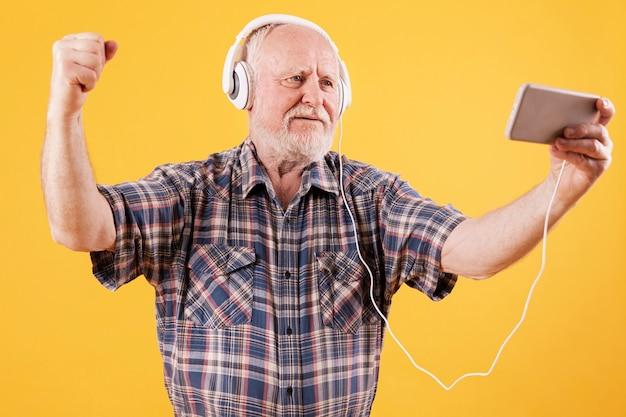 Szczęśliwy starszy taniec i oglądanie muzyki wideo Darmowe Zdjęcia