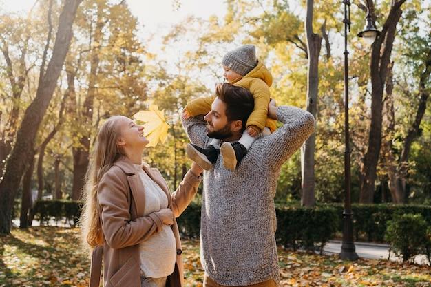 Szczęśliwy Tata I Mama Z Dzieckiem Na Zewnątrz Darmowe Zdjęcia