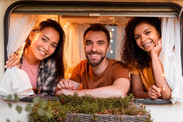 Szczęśliwy Trzech Przyjaciół Patrząc Przez Okno Darmowe Zdjęcia