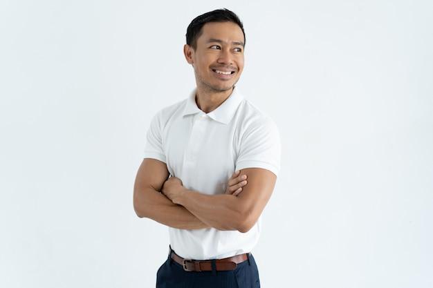 Szczęśliwy Ufny Azjatycki Męski Przedsiębiorca Krzyżuje Ręki Na Klatce Piersiowej Darmowe Zdjęcia