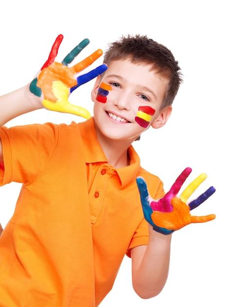 Szczęśliwy Uśmiechnięty Chłopiec Z Pomalowanymi Rękami I Twarzą W Pomarańczowej Koszulce Na Białym Tle. Darmowe Zdjęcia