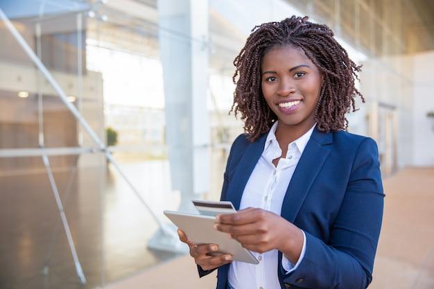Szczęśliwy wesoły klient płacący online Darmowe Zdjęcia
