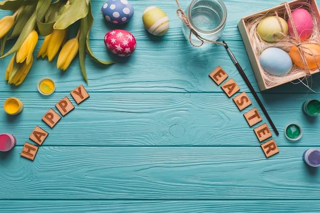 Szczęśliwy Wielkanocny Writing Blisko Jajek I Farby Darmowe Zdjęcia