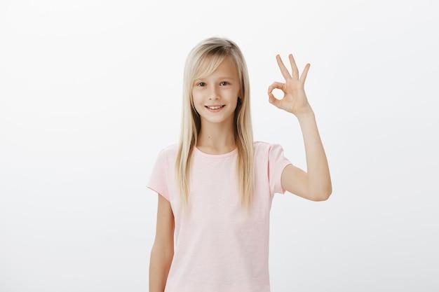 Szczęśliwy Zadowolony Młody Dzieciak Pokazuje Dobry Gest, Zatwierdza Lub Poleca Darmowe Zdjęcia