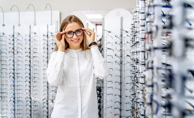 Szczęśliwy żeński Optometrist Z Setem Szkła Premium Zdjęcia