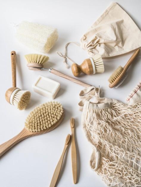 Szczotki do mycia naczyń, szczoteczki bambusowe, torby wielokrotnego użytku. Premium Zdjęcia