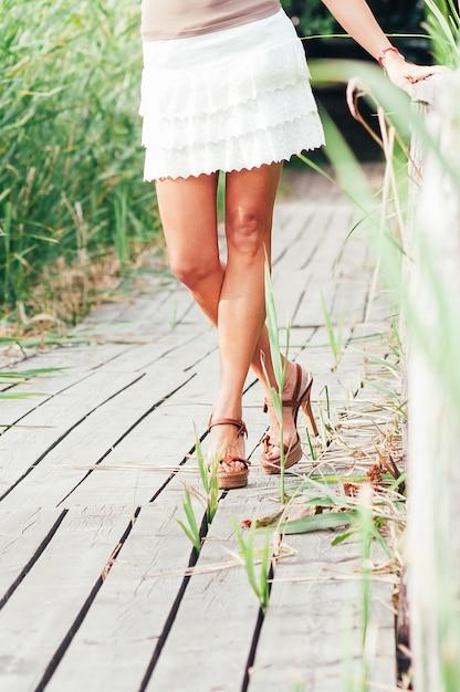 Szczupłe, Eleganckie, Seksowne Opalone Nogi Premium Zdjęcia