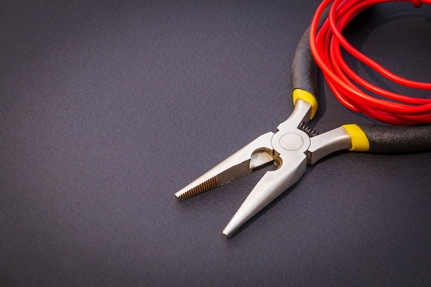Szczypce I Czerwone Przewody Dla Elektryka Premium Zdjęcia