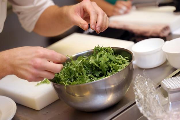 Szef kuchni miesza warzywa Darmowe Zdjęcia
