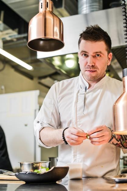Szef Kuchni Przygotowuje Polędwicę Wołową W Kuchni Restauracji Premium Zdjęcia