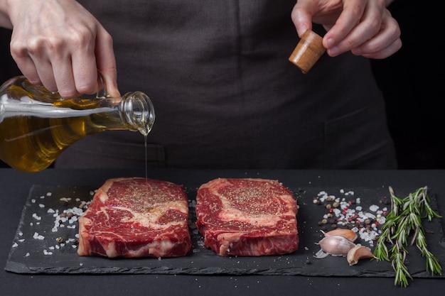 Szef Kuchni Przygotowuje Stek Wołowy. Premium Zdjęcia
