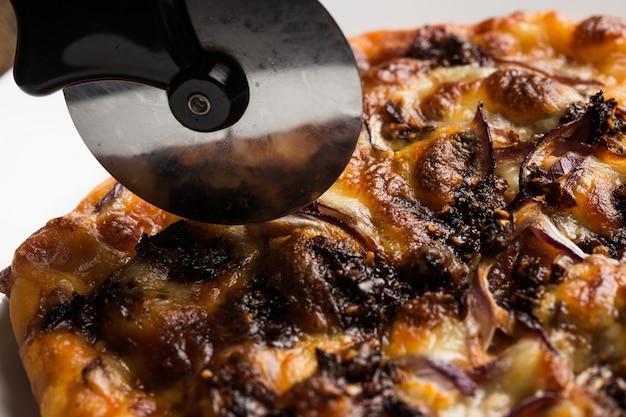 Szef Kuchni Rozdrabnia świeżo Przygotowane Plastry Do Pizzy Darmowe Zdjęcia