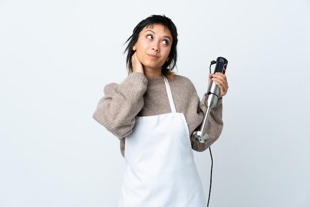 Szef Kuchni Urugwajska Dziewczyna Za Pomocą Blendera Ręcznego Na Białej ścianie Myśląc Pomysł Premium Zdjęcia
