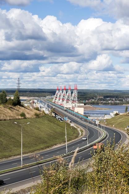 Szeroka Droga Na Moście, Po Drugiej Stronie Wielkiej Elektrowni Wodnej Nad Wołgą. Premium Zdjęcia