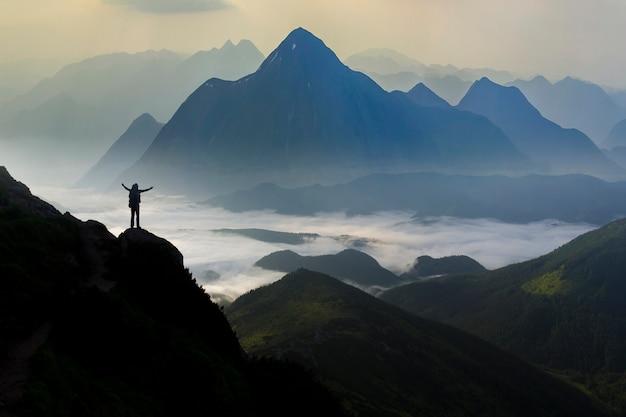 Szeroka Panorama Górska. Mała Sylwetka Turysty Z Plecakiem Na Skalistej Górze. Premium Zdjęcia