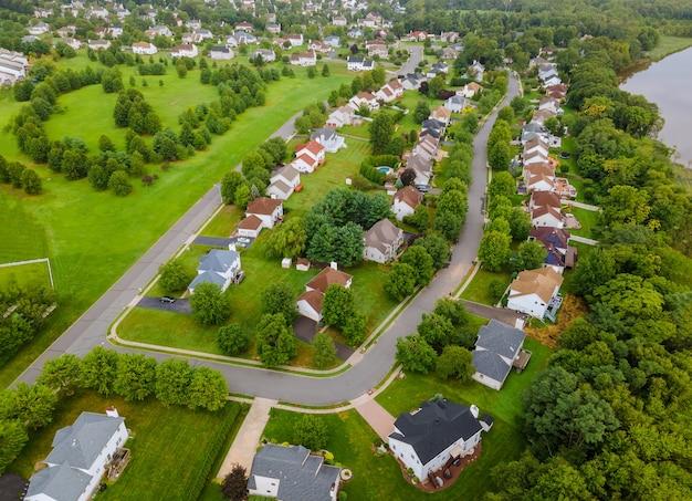 Szeroka Panorama, Widok Z Lotu Ptaka Z Wysokimi Budynkami W Pięknych Dzielnicach Mieszkalnych Nj Usa Premium Zdjęcia