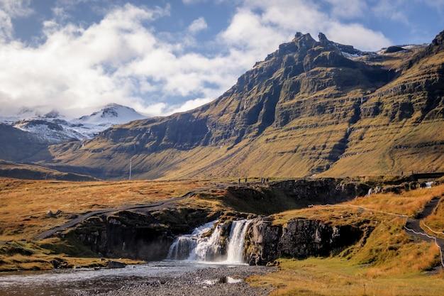 Szeroki Kąt Strzału W Górach Kirkjufell, Islandia W Ciągu Dnia Darmowe Zdjęcia