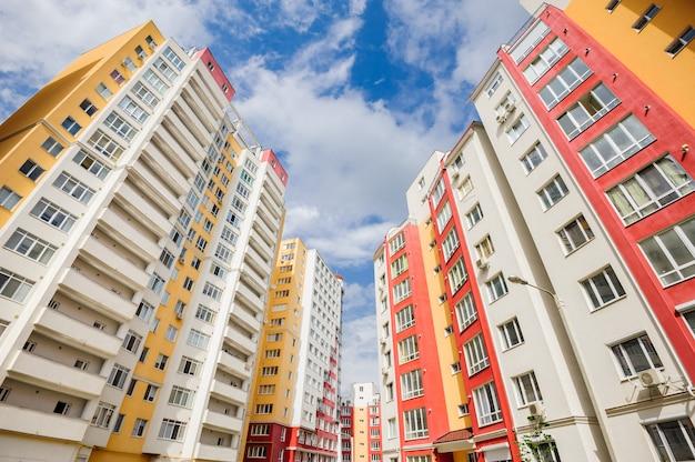 Szeroki kąt ujęcia nowych budynków mieszkalnych Premium Zdjęcia