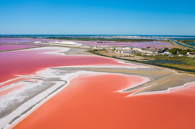 Szeroki Kąt Ujęcia Wielobarwnych Jezior Solnych W Camarque We Francji Darmowe Zdjęcia