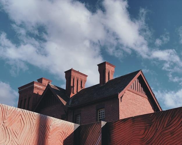 Szeroki Strzał Brown Budynek Pod Białymi Chmurami I Niebieskim Niebem Podczas Dnia Darmowe Zdjęcia